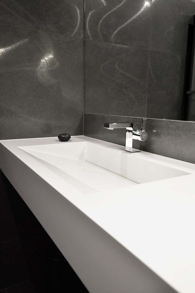 linear ablauf waschbecken in schwarz badezimmer
